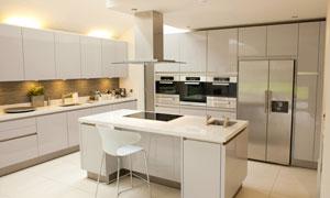 设备齐全的开放式厨房内景高清图片
