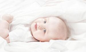 在被子里的小宝宝特写摄影高清图片