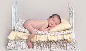 趴在床上睡觉的小宝宝摄影高清图片