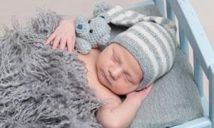在婴儿床上睡着的宝宝摄影高清图片