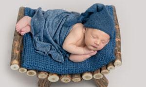 侧躺着睡觉的宝宝写真摄影高清图片