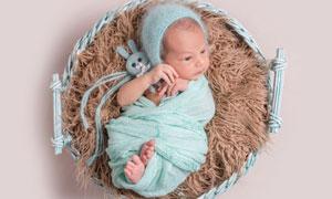 筐里包裹严实的小宝宝摄影高清图片