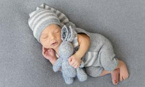 抱着针织玩具睡觉的小宝宝高清图片