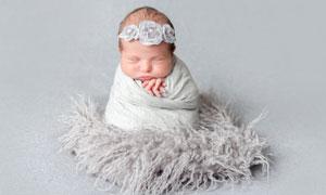 坐着睡觉的小宝宝人物摄影高清图片