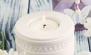 木板上的蜡烛花朵特写摄影高清图片