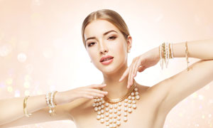 戴满了珍珠首饰的美女摄影高清图片