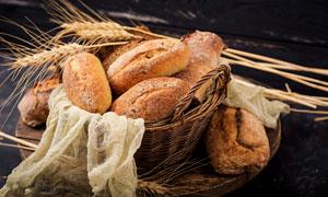 在篮子里的麦穗与面包摄影高清图片