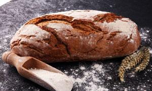 案板上的面包面粉麦穗摄影高清图片