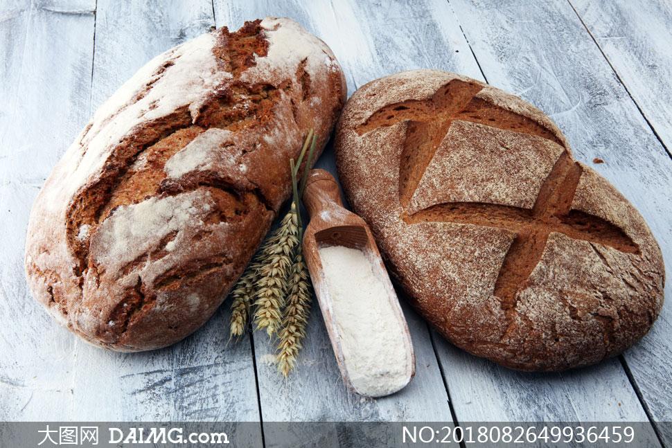 放在桌上的大面包特写摄影高清图片