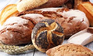 桌面上多种口味的面包摄影高清图片
