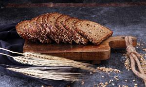 麦穗与砧板上的面包片摄影高清图片