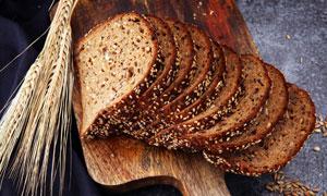 砧板上切开的面包特写摄影高清图片