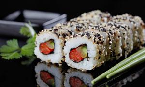 表面裹黑白芝麻的寿司摄影高清图片