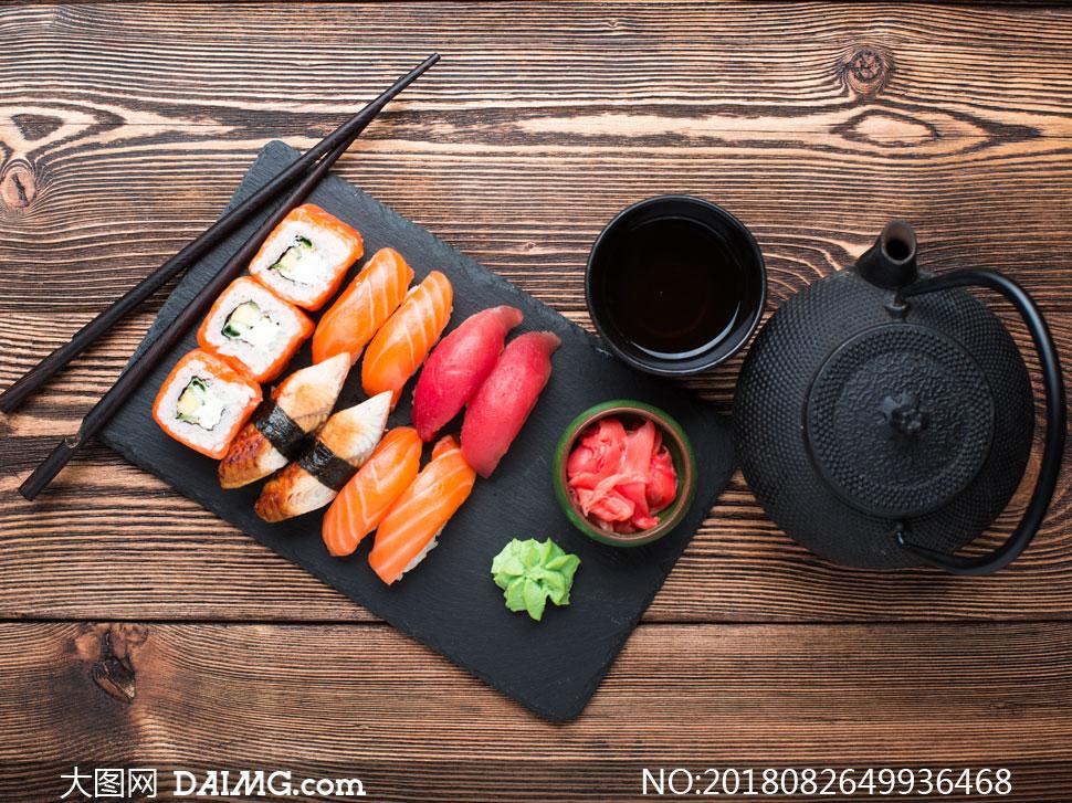 搭配蘸料的三文鱼寿司摄影高清图片