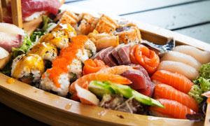 装在盘子里的多种寿司摄影高清图片