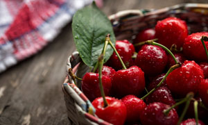 篮子里采摘的新鲜樱桃摄影高清图片