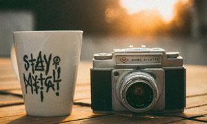 杯子与老式照相机特写摄影高清图片