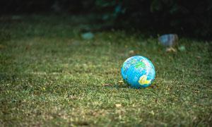 摆放在草地上的地球仪摄影高清图片