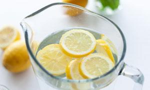 玻璃杯里泡着的柠檬水摄影高清图片