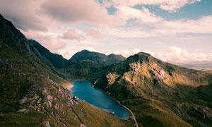 蓝天白云与半山腰上的湖泊高清图片