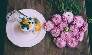 桌上的甜点与鲜花特写摄影高清图片