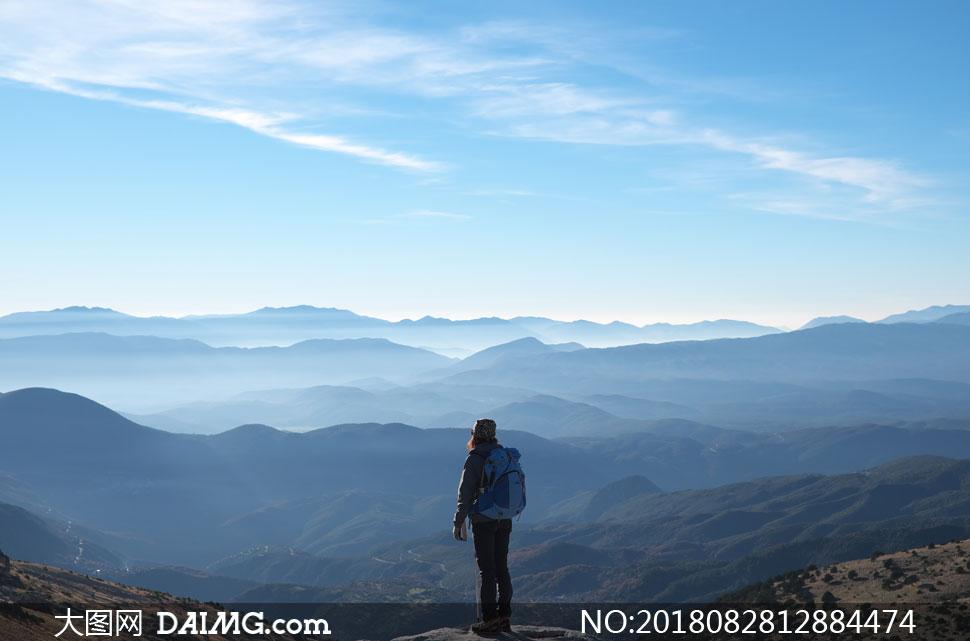 风景风光天空云层云彩多云山峦大山高山山峰群山眺望远眺人物山顶登顶