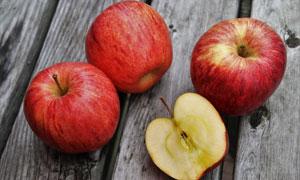 木板上的几个苹果特写摄影高清图片