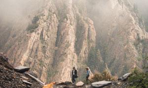 游人与巍峨的高山自然风光高清图片