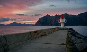 大海边的灯塔大山风光摄影高清图片