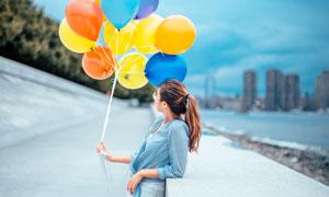 手扯着气球的美女人物摄影高清图片