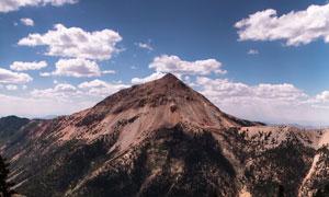 蓝天大山与在山脚下的乱石高清图片