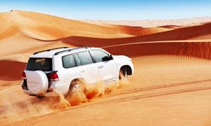 深入到沙漠腹地的汽车摄影高清图片
