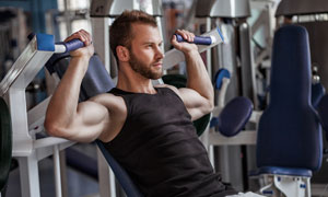 做臂部肌肉力量训练的男子高清图片