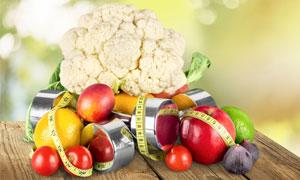 哑铃红苹果与健身膳食摄影高清图片