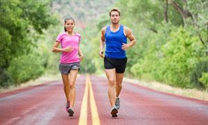 在路上齐头并进的跑步人物高清图片