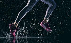 飞溅起水花的跑步人物摄影高清图片