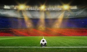 绿茵场上一只足球特写摄影高清图片