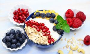 蓝莓覆盆子与石榴燕麦早餐高清图片