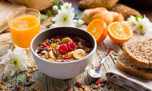水果与面包等丰富早餐特写高清图片
