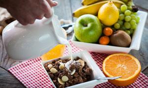 牛奶水果与切开的橙子摄影高清图片