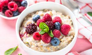 覆盆子等水果燕麦早餐特写高清图片