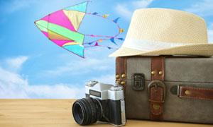 相机与行李箱上的帽子摄影高清图片