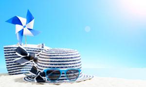墨镜与草帽上的折纸风车等高清图片