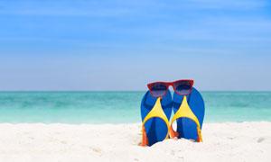 沙滩上的凉鞋眼镜特写摄影高清图片