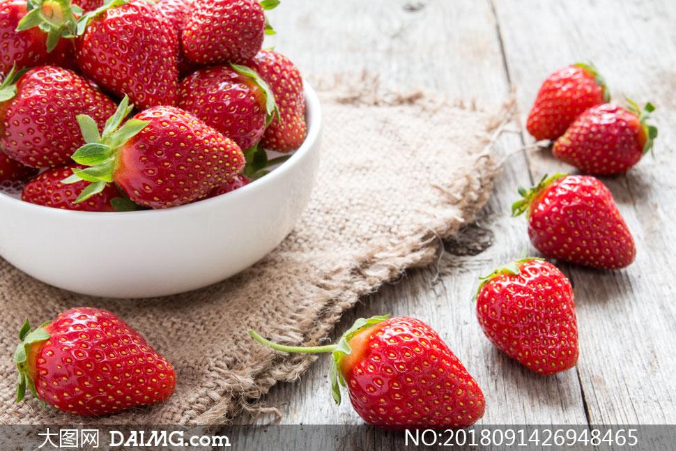 新鲜刚采摘的草莓特写摄影高清图片