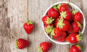 放碗里的多枚草莓特写摄影高清图片