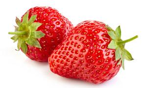 两枚大个头的新鲜草莓摄影高清图片