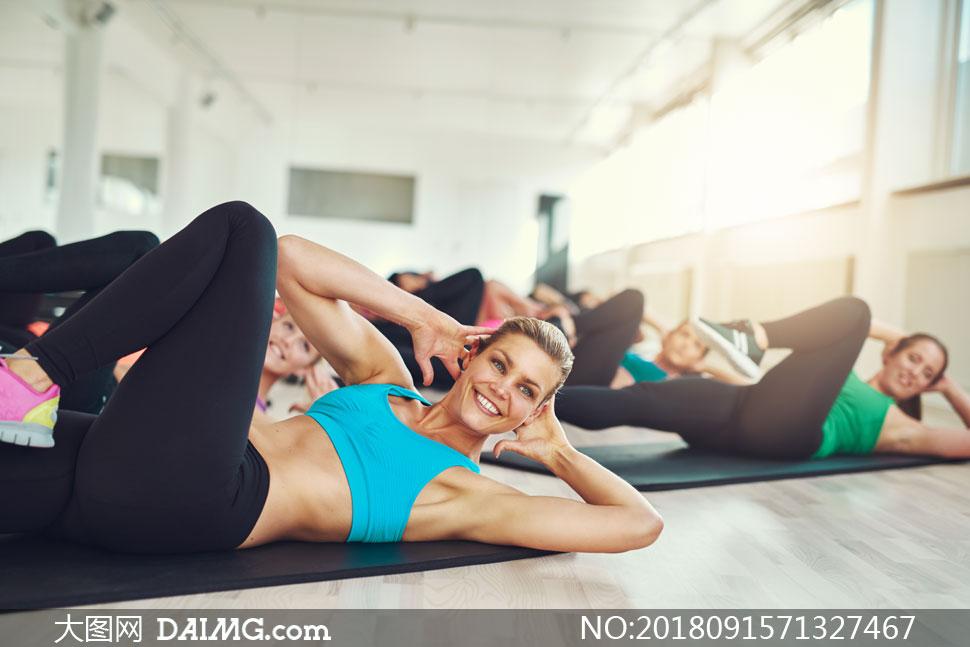 在做健身操的运动人物摄影高清图片