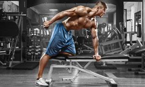 做肌肉力量训练的男人摄影高清图片