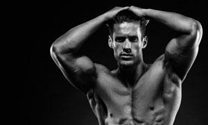 身上是肌肉的男子黑白摄影高清图片